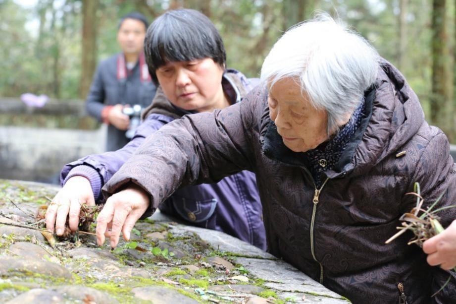 在江西莲花县玉壶山,龚全珍老人为甘祖昌将军扫墓。