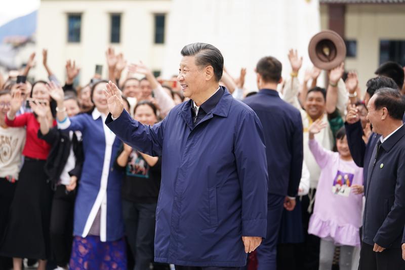 7月21日至23日,中共中央总书记、国家主席、中央军委主席习近平来到西藏,祝贺西藏和平解放70周年,看望慰问西藏各族干部群众。这是21日下午,习近平在林芝市工布公园考察时,向当地群众和游客挥手致意。新华社记者 燕雁 摄