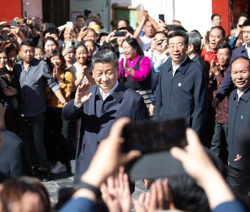 7月21日至23日,中共中央总书记、国家主席、中央军委主席习近平来到西藏,祝贺西藏和平解放70周年,看望慰问西藏各族干部群众。这是22日下午,习近平在考察位于拉萨市老城区的八廓街时,向各族群众挥手致意。新华社记者 申宏 摄