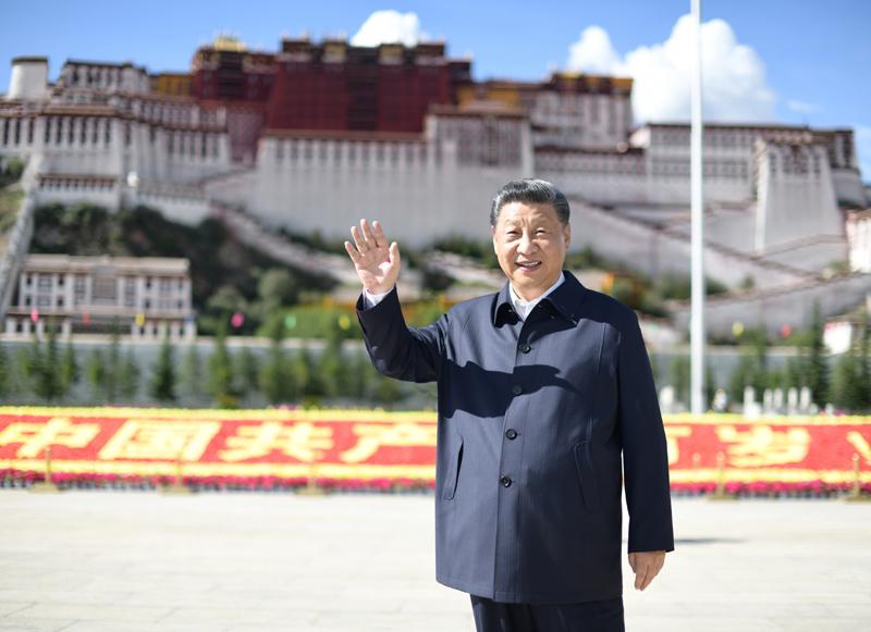 7月21日至23日,中共中央总书记、国家主席、中央军委主席习近平来到西藏,祝贺西藏和平解放70周年,看望慰问西藏各族干部群众。这是22日下午,习近平在布达拉宫广场考察时,向游客和当地群众挥手致意。新华社记者 谢环驰 摄