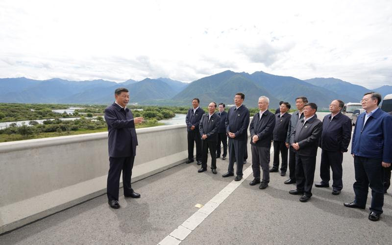 7月21日至23日,中共中央总书记、国家主席、中央军委主席习近平来到西藏,祝贺西藏和平解放70周年,看望慰问西藏各族干部群众。这是21日上午,习近平在林芝尼洋河大桥考察雅尼湿地。新华社记者 李学仁 摄