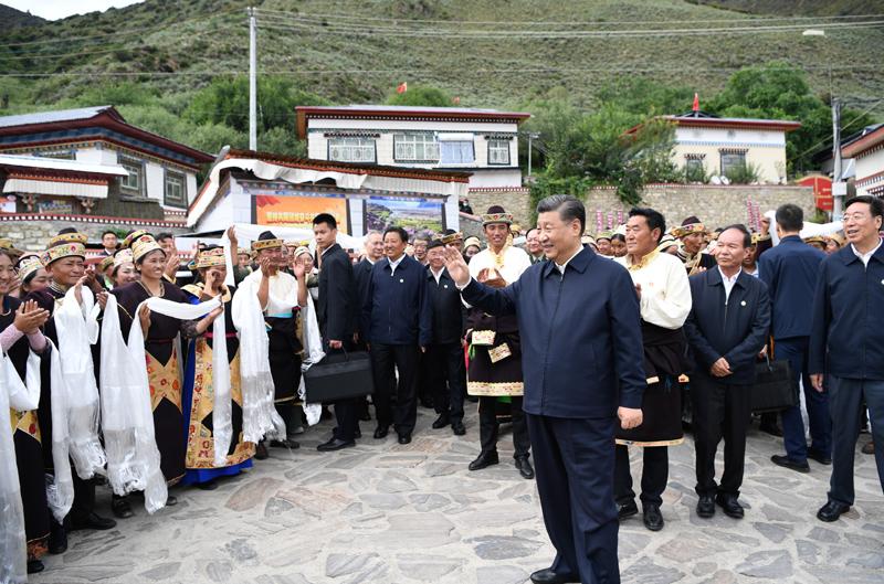 7月21日至23日,中共中央总书记、国家主席、中央军委主席习近平来到西藏,祝贺西藏和平解放70周年,看望慰问西藏各族干部群众。这是21日下午,习近平在林芝市巴宜区林芝镇嘎拉村考察时,向村民们挥手致意。新华社记者 申宏 摄