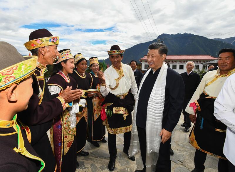 7月21日至23日,中共中央总书记、国家主席、中央军委主席习近平来到西藏,祝贺西藏和平解放70周年,看望慰问西藏各族干部群众。这是21日下午,习近平在林芝市巴宜区林芝镇嘎拉村,同村民达瓦坚参一家亲切交流。新华社记者 谢环驰 摄